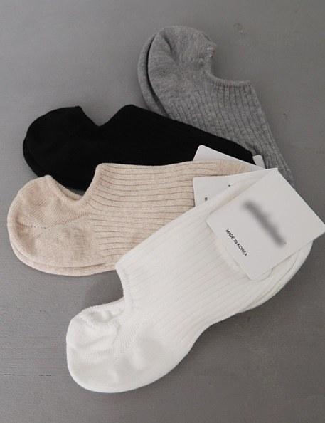 2 pairs of oversized socks are 1 set